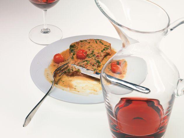 Телячьи отбивные с горчичным соусом и помидорами